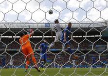 Jogador costarriquenho Celso Borges (centro) cabeceia em partida contra a Itália, na Arena Pernambuco, em Recife. 20/6/2014 REUTERS/Brian Snyder