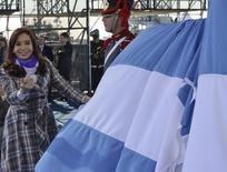 Lors d'un discours à l'occasion de la journée du drapeau argentin, la présidente argentine Cristina Fernandez a déclaré vendredi que son gouvernement négocierait avec tous les créanciers du pays, ouvrant la voie à un éventuel règlement d'un conflit de longue date avec les détenteurs d'obligations souveraines argentines qui ont refusé de participer à deux restructurations. /Photo prise le 20 juin 2014/REUTERS/Présidence argentine