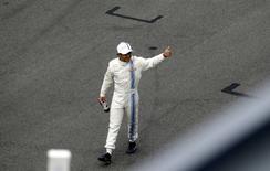 Felipe Massa, da Williams, cumprimenta a plateia depois de fazer a pole do GP da Áustria. 21/06/2014. REUTERS/David W Cerny