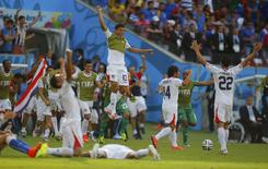 Jogadores da Costa Rica comemoram vitória sobre a Itália em Recife. REUTERS/Brian Snyder