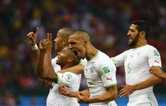 Jogadores da Argélia comemoram gol contra Coreia do Sul em Porto Alegre. REUTERS/Damir Sagolj