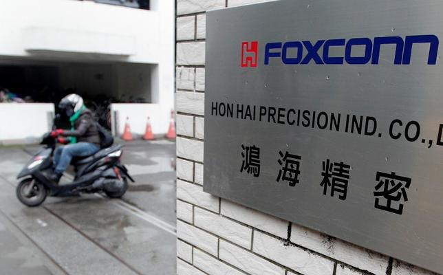 6月23日、台湾紙によると、鴻海精密工業は、今秋に発売されるとみられるアップルの新型「iPhone」の生産に向け、中国本土で10万人超を採用する方針。鴻海の本社前で昨年12月撮影(2014年 ロイター/Pichi Chuang)