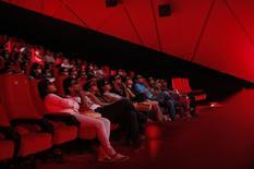 """Люди в кинотеатре в Мумбаи 10 ноября 2013 года. Сиквел комедии """"Думай как мужчина"""" возглавил кинопрокат США и Канады, собрав за выходные $30 миллионов и сместив на второе место лидера прошлой недели - ленту """"Мачо и ботан 2"""". REUTERS/Danish Siddiqui"""
