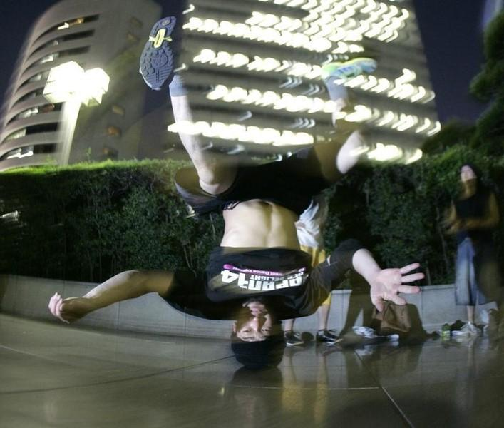 A man performs a street dance outside of an office building in Tokyo's Shinjuku district July 24, 2007. REUTERS/Toru Hanai