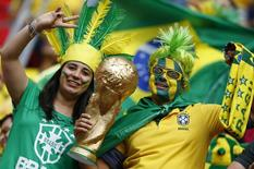 Torcedores do Brasil, que enfrenta Camarões no estádio Mané Garrincha, em Brasília. 23/6/2014. REUTERS/Dominic Ebenbichler
