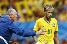 Neymar recebe instruções de Felipão durante jogo com Camarões em Brasília. 23/06/2014. REUTERS/Dominic Ebenbichler