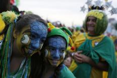 Torcedores do Brasil assistem ao jogo contra Camarões em Copacabana. REUTERS/Pilar Olivares  REUTERS/Pilar Olivares