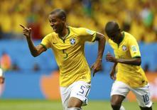 Fernandinho comemora gol do Brasil contra Camarões.   REUTERS/Dominic Ebenbichler