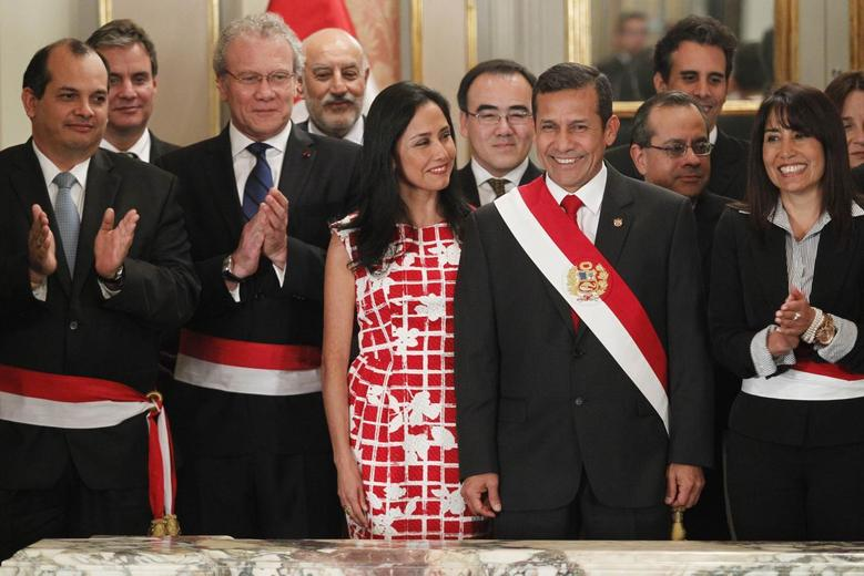 Peru's President Ollanta Humala (C) poses next to his wife Nadine Heredia and ministers after the swearing-in ceremony of new cabinet members at the government palace in Lima, June 23, 2014. REUTERS/Enrique Castro-Mendivil