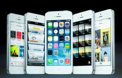 Imágenes del iOS7 mostradas en una pantalla durante un evento de Apple Inc en Cupertino, California. 10 septiembre, 2013. Los proveedores de Apple comenzarán a producir versiones más grandes del iPhone en China el próximo mes, reportó Bloomberg citando fuentes. REUTERS/Stephen Lam