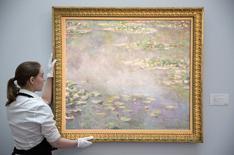 """Un tableau de Claude Monet de la série """"Les Nymphéas"""" a été vendu aux enchères lundi à Londres pour près de 32 millions de livres (39,7 millions d'euros). /Photo prise le 18 juin 2014/REUTERS/Neil Hall"""