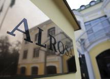 Табличка у входа в офис Алросы в Москве, 2 октября 2013 года. Крупнейший в мире производитель алмазов в каратах - российская Алроса сократила чистую прибыль в первом квартале 2014 года на 3 процента по сравнению с аналогичным периодом прошлого года из-за потерь от ослабления рубля - до 6,1 миллиарда рублей ($177 миллионов), сообщила компания во вторник. REUTERS/Tatyana Makeyeva