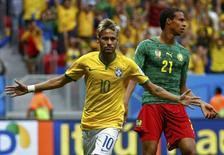 Игрок сборной Бразилии Неймар празднует гол в ворота сборной Мексики в матче чемионата мира в Бразилиа 23 июня 2014 года. Хозяева чемпионата мира бразильцы разгромили сборную Камеруна в заключительном матче группового этапа и вышли в 1/8 финала с первого места в группе A. REUTERS/Michael Dalder