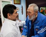 Fidel Castro se encontra com o ex-jogador de futebol argentino Diego Maradona, em Havana.  13/04/2013. REUTERS/Courtesy of Cubadebate/Handout