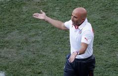 Técnico Sampaoli gesticula durante jogo do Chile contra a Holanda.  REUTERS/Paulo Whitaker