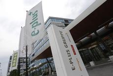 Telefonica Deutschland, la filiale allemande de Telefonica, va donner à l'opérateur virtuel Drillisch un accès à son réseau, une décision, largement attendue, destinée à obtenir le feu vert de Bruxelles à son projet de rachat d'E-Plus. /Photo prise le 24 juillet 2013/REUTERS/Wolfgang Rattay