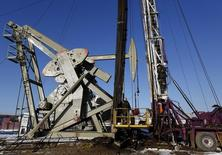 Станок-качалка на месторождении в Северной Дакоте 12 марта 2013 года. Цены на нефть Brent снижаются, но еще близки к девятимесячному максимуму на фоне битвы с суннитами за крупнейший НПЗ Ирака. REUTERS/Shannon Stapleton