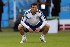 Игрок сборной Аргентины Лионель Месси на тренировке в Порту-Алегри 24 июня 2014 года.  Нигерия в среду вечером сыграет со сборной Аргентины в матче группы F чемпионата мира, проходящего в Бразилии. REUTERS/Marko Djurica