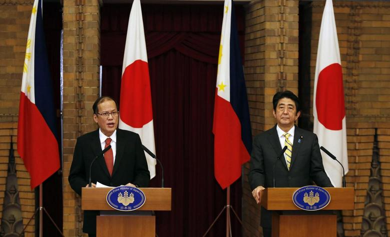 Philippines' President Benigno Aquino and Japan's Prime Minister Shinzo Abe (R) attend a joint news conference at the prime minister's official residence in Tokyo June 24, 2014. Aquino is in Japan for a one-day visit. REUTERS/Yuya Shino