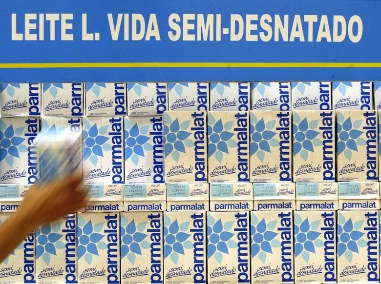 A Brazilian consumer grabs a Parmalat milk pack in a supermarket in Sao Paulo, January 8, 2004. REUTERS/Paulo Whitaker