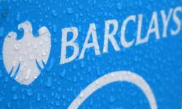 Gotas de lluvia se ven sobre el logo de un punto de arriendo de bicicletas patrocinado por Barclays en Londres. 8 mayo, 2014. El fiscal general de Nueva York presentó el miércoles una demanda por fraude de valores contra Barclays PLC por dar una ventaja injusta a algunos de sus clientes en transacciones  bursátiles de alta frecuencia, a pesar de que dijo a otros inversores que los protegía de los operadores.    REUTERS/Stefan Wermuth