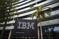 Selon le Wall Street Journal, une enquête du gouvernement américain remet sérieusement en question le projet de vente par IBM de ses serveurs d'entrée de gamme à Lenovo. /Photo d'archives/REUTERS/Nir Elias