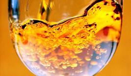 Les ventes de Pernod Ricard, le propriétaire du cognac Martell, du whisky Chivas Regal ou de la vodka Absolut, ont connu ces trois derniers mois une évolution sensiblement équivalente à celle des neuf premiers mois de l'exercice 2013-2014 dans la zone Europe-Afrique. /Photo d'archives/REUTERS/Régis Duvignau