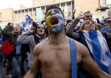 Torcedor uruguaio reage durante transmissão da partida contra a Itália, em Montevidéu. 24/06/2014.  REUTERS/Carlos Pazos