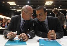 Carlos Ghosn, CEO de la alianza de Renault y Nissan, y el jefe ejecutivo de Daimler AG, Dieter Zetsche, en el International CAR Symposium, en Bochum, 29 de enero de 2013. Las automotrices Daimler y Nissan finalizaron un acuerdo de asociación conjunta para fabricar automóviles compactos Mercedes e Infiniti en México, dijeron el jueves fuentes con conocimiento de la situación, mientras que las firmas llamaron a una conferencia de prensa para dar a conocer los planes. REUTERS/Ina Fassbender