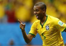 Fernandinho comemora gol marcado contra Camarões em Brasília. 23/06/2014.  REUTERS/Dominic Ebenbichler