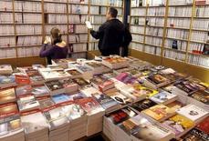 Les vendeurs de livres sur internet, comme Amazon, ne pourront plus offrir à leurs clients français à la fois un rabais de 5% sur le prix unique et la gratuité des frais de port, une possibilité jugée déloyale par les libraires. Le Sénat a adopté définitivement jeudi à l'unanimité une proposition de loi sur le sujet. /Photo d'archives/REUTERS/Charles Platiau