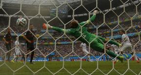 Gol do alemão Thomas Mueller sobre o goleiro Tim Howard, dos Estados Unidos, durante partida na Arena Pernambuco, em Recife. 26/6/2014  REUTERS/Brian Snyder