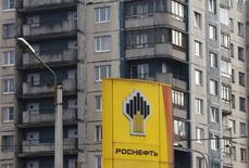 Le groupe pétrolier russe Rosneft, dont le directeur général est visé par des sanctions américaines dans le cadre de la crise ukrainienne, a signé vendredi un important contrat d'approvisionnement avec BP sur 12 millions de tonnes de produits pétroliers.  /Photo d'archives/REUTERS/Alexander Demianchuk