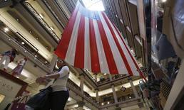 Le moral des ménages américains s'est amélioré en juin, les consommateurs considérant que la contraction de l'économie au premier trimestre était due uniquement à des conditions climatiques exceptionnelles, selon les résultats définitifs de l'enquête mensuelle Thomson Reuters-Université du Michigan. /Photo prise le 23 mai 2014/REUTERS/Jim Young