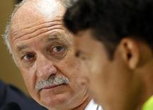 Técnico da seleção brasileira, Luiz Felipe Scolari (esquerda), em coletiva de imprensa com o jogador Thiago Silva, em Belo Horizonte. 27/6/2014 REUTERS/Eric Gaillard