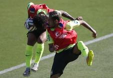 Neymar e Marcelo disputam bola em treino do Brasil em Belo Horizonte. 27/06/2014  REUTERS/Toru Hanai