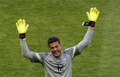 Goleiro Julio Cesar comemora vitória sobre o Chile no Mineirão. 28/6/ 2014. REUTERS/Leonhard Foeger