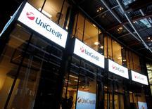 En la imagen, las oficinas centrales de UniCredit Bank  en Milán, 11 mar, 2014. El grupo italiano UniCredit llegó a un acuerdo con sindicatos para eliminar 2.400 empleos, dijo el sábado FABI, el principal sindicato del sector, en la primera fase de las reducciones de plantilla previstas en el plan de reestructuración del banco para el periodo 2013-2018. REUTERS/Alessandro Garofalo