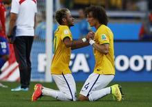 David Luiz e Neymar comemoram classificação do Brasil contra o Chile. 28/06/2014  REUTERS/Toru Hanai