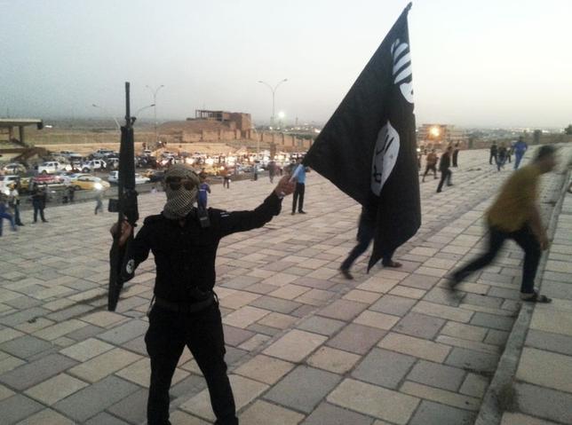 6月26日、 イラク北部では複数の武装勢力が国境地帯を不安定化させ、地域戦争の危険性を高めているが、一枚岩とは到底言えない状況にある。写真はイスラム教スンニ派過激派組織「ISIL」のメンバー。モスルで23日撮影(2014年 ロイター)