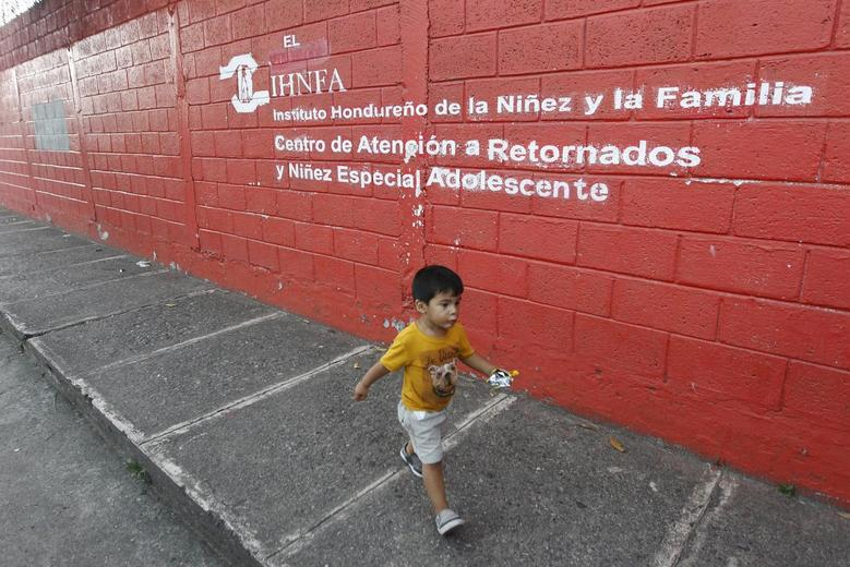 A child deported from Mexico walks toward his mother outside the Honduran Center for Returned Migrants in San Pedro Sula, Honduras June 20, 2014. REUTERS/Jorge Cabrera
