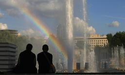 Радуга над фотнаном в Парке Горького в Москве 14 августа 2013 года. Рабочая неделя в Москве будет тёплой, обещают синоптики. REUTERS/Phil Noble