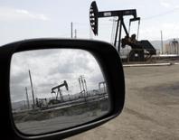 Станки-качалки в Феллоуз, Калифорния 3 апреля 2010 года. Аналитики значительно повысили прогнозы цен на нефть в последние недели с учетом локальных войн в Ираке, занимающем второе место в ОПЕК по добыче нефти, и на Украине. REUTERS/Lucy Nicholson