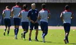 Técnico da seleção dos EUA, Juergen Klinsmann (centro), durante treinamento em Salvador. 30/6/2014 REUTERS/Michael Dalder