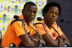 Jogadores da Colômbia Adrian Ramos (esquerda) e Carlos Sánchez durante coletiva de imprensa antes de sessão de treino em Cotia (SP). 30/6/2014 REUTERS/Ivan Alvarado