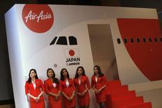 La compagnie malaisienne AirAsia projette de créer une compagnie aérienne à bas coût sur le marché japonais en partenariat avec l'entreprise japonaise de commerce en ligne Rakuten. /Photo prise le 1er juillet 2014/REUTERS/Issei Kato