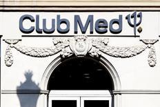 Le titre Club Méditerranée a bondi à la reprise de sa cotation à la mi-journée mardi, s'inscrivant au-dessus du prix de la contre-offre de l'homme d'affaires Andrea Bonomi, dans un marché qui n'exclut pas une nouvelle surenchère. /Photo d'archives/REUTERS/Charles Platiau