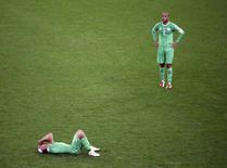 Jogadores argelinos Sofiane Feghouli e Madjid Boughera reagem após perderam o jogo contra a Alemanha pelas oitavas de final da Copa do Mundo, no estádio Beira-Rio, em Porto Alegre. 30/06/2014. REUTERS/Leonhard Foeger