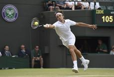 Roger Federer of Switzerland hits a return during his men's singles tennis match against Tommy Robredo of Spain at the Wimbledon Tennis Championships, in London July 1, 2014. REUTERS/Toby Melville