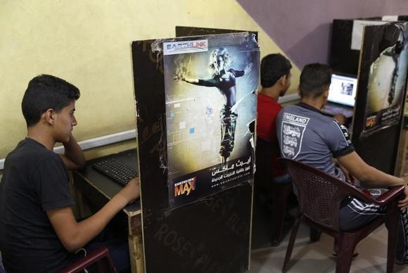 Iraqi Shi'ite youths use computers at an internet cafe in Sadr City in Baghdad May 3, 2014. REUTERS/Ahmed Jadallah/Files